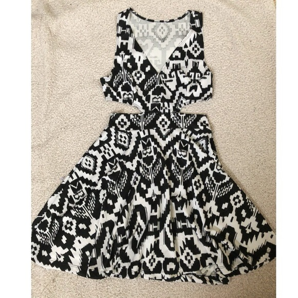 Topshop Dresses & Skirts - 🌸 Black and White Side Cutout Dress